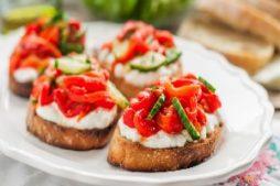 salat_iz_zapechennyh_percev_i_brusketta