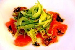 salat_s_lososem_i_spagetti_iz_ogurca