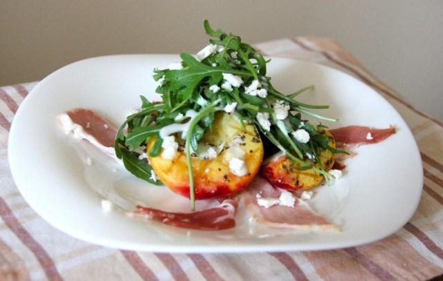 salat_s_nektarinami_na_grile_bekonom_i_syrom_feta